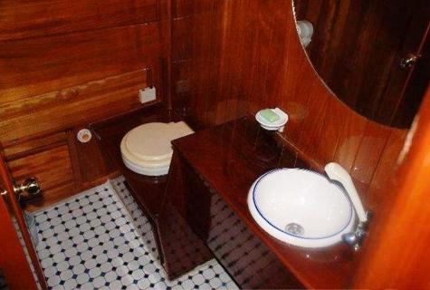 Askim Deniz bathroom