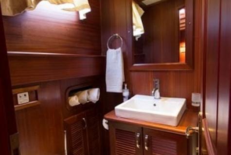 twin bathroom (1)