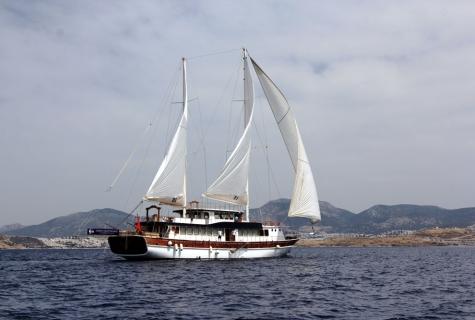 BB sailing sea.