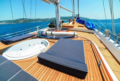 Bella Mare deck jacuzzi