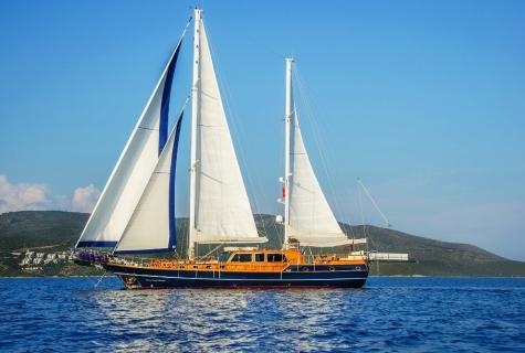 Dea Del Mare sailing sun