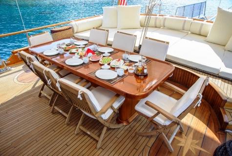 Dea Del Mare table