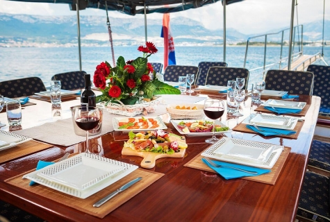 Gideon deck table