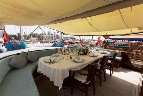 Serenad back deck table