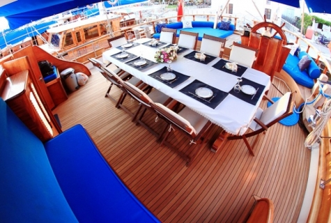 Aft deck dinning table