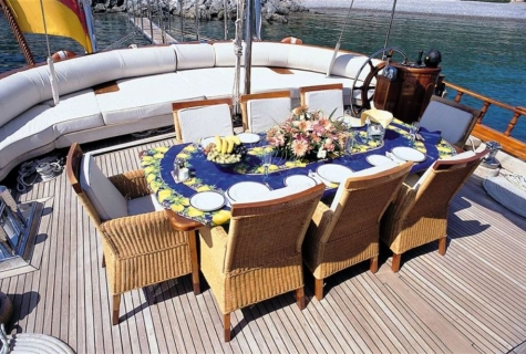 Deck dinning table