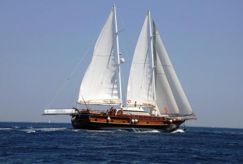 Yuce Bey sailing action