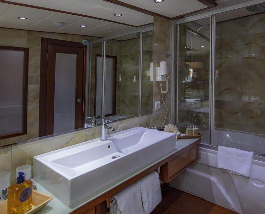 ALESSANDRO I Bathroom