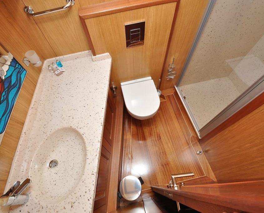 Bathroom on Kayhan 3