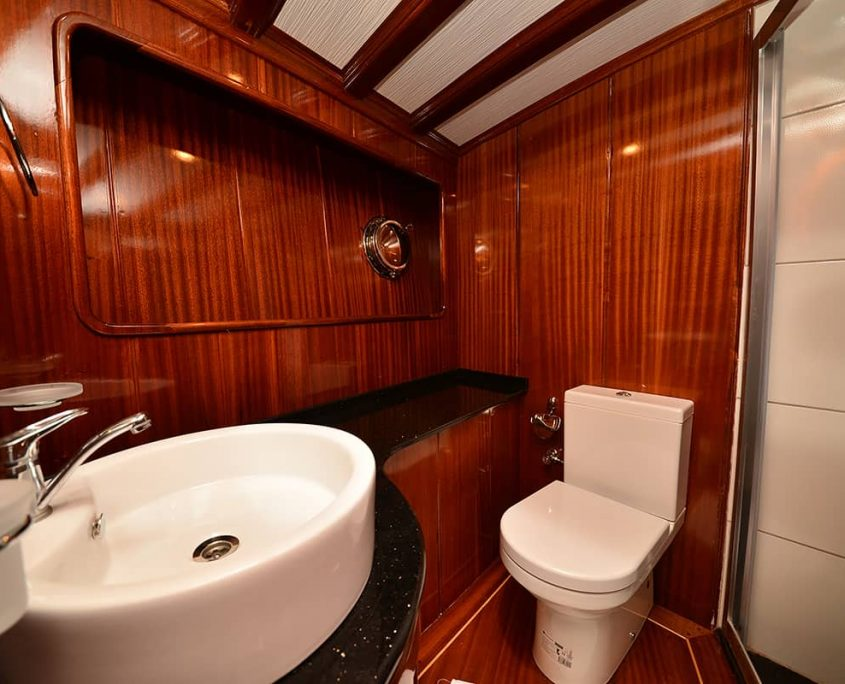 QUEEN LILA Bathroom