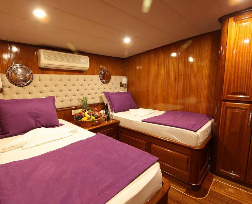 QUEEN LILA Twin cabin