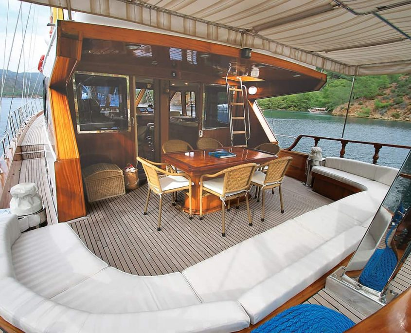 SERENITY 70 Aft Seating Area