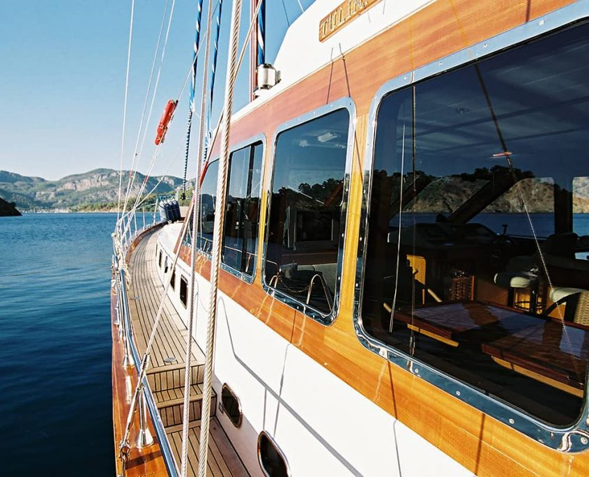 SERENITY 70 Side deck