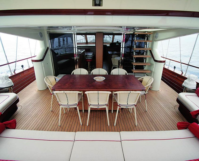 SERENITY 86 - Aft Seating Area