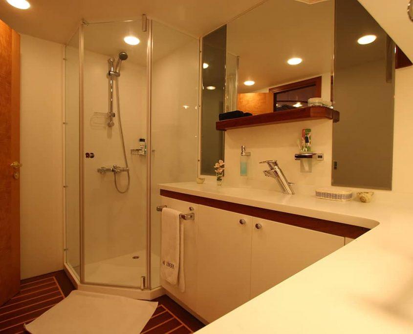 SERENITY 86 - Master Cabin Bathroom