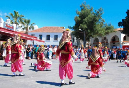 folk-dance-on-bodrum-streets