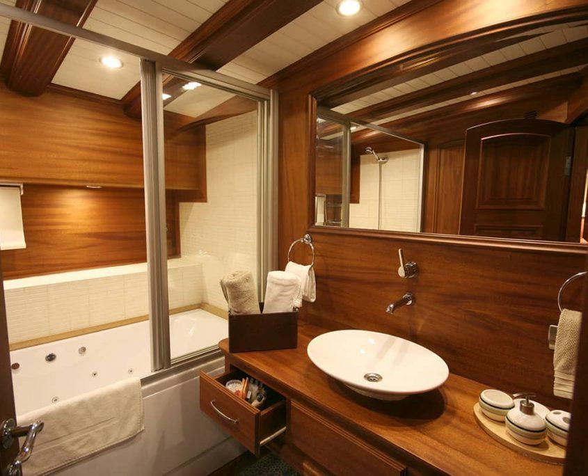CANER 4 Master bathroom