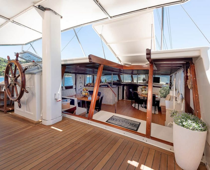 NAUTILUS Entrance to salon from Aft deck