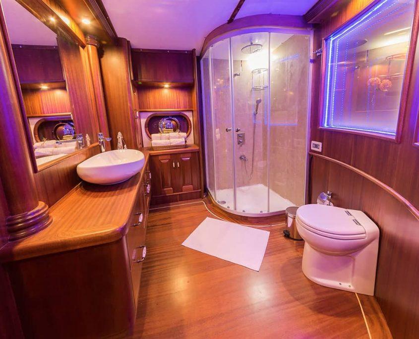 HALCON DEL MAR Bathroom in master cabin