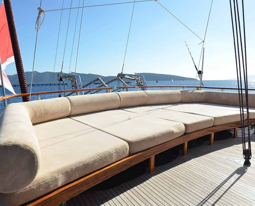 DRAGON FLY Cushioned area on Aft deck