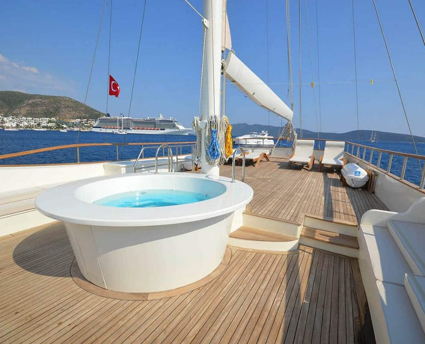 GUL SULTAN Jacuzzi on fly bridge