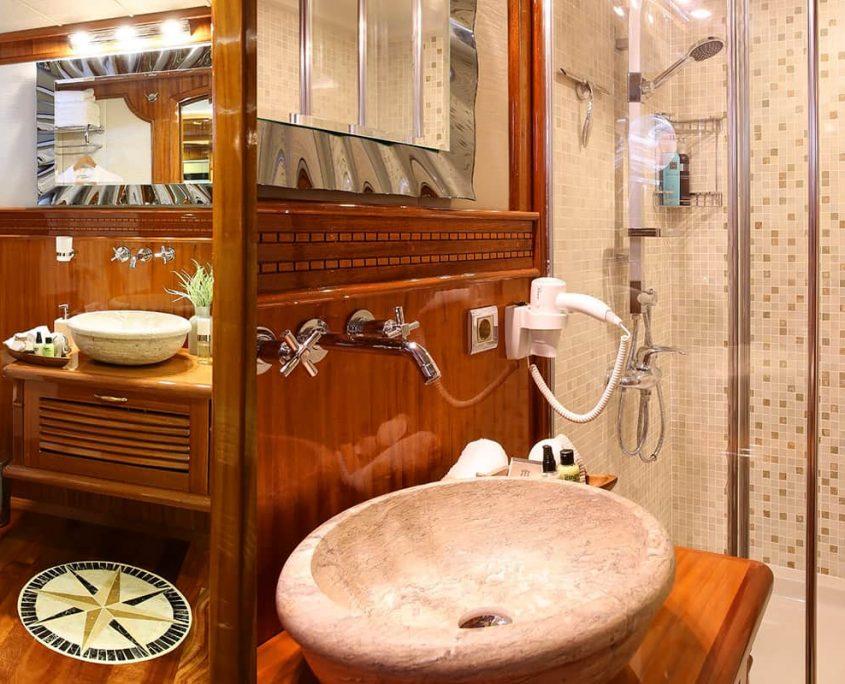 QUEEN ATLANTIS Bathroom view