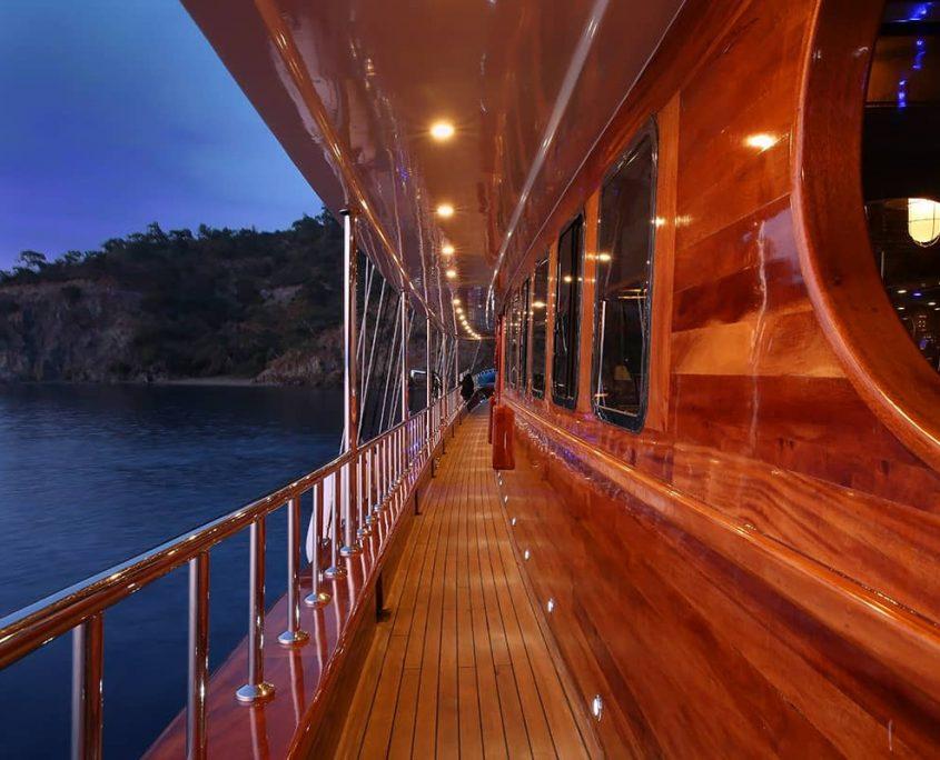 QUEEN ATLANTIS Side deck