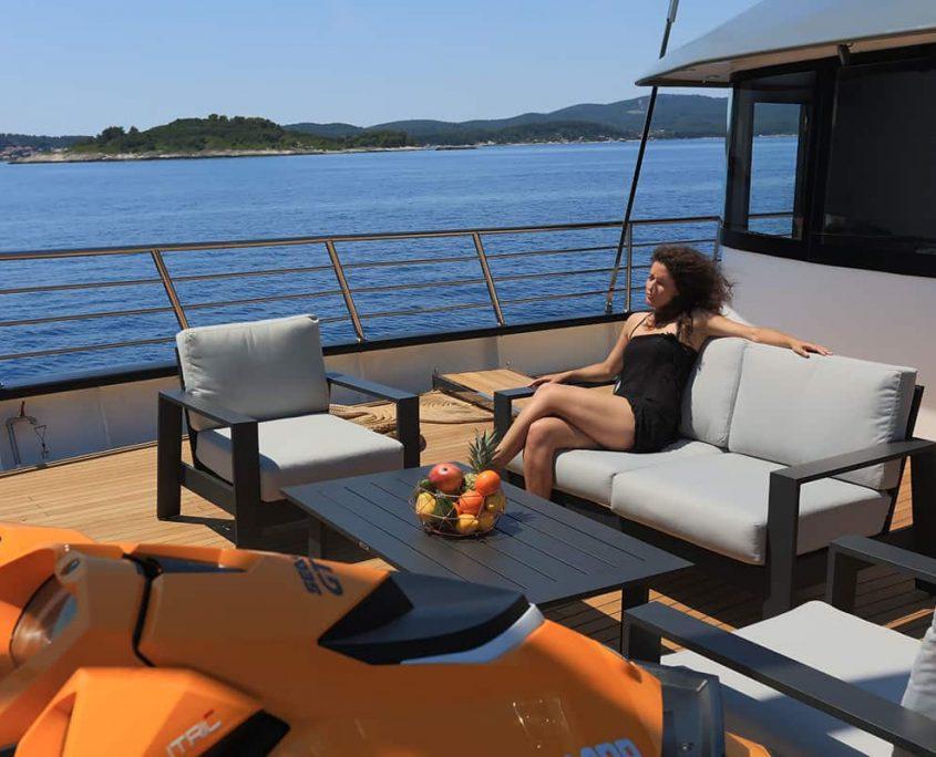 RARA AVIS Front deck