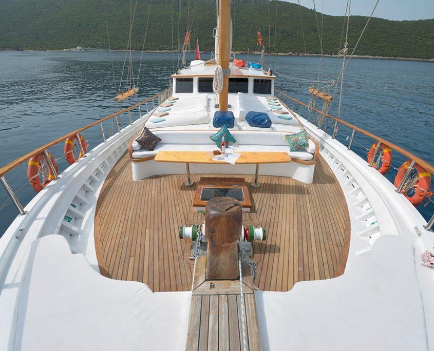 LA REINE Front deck
