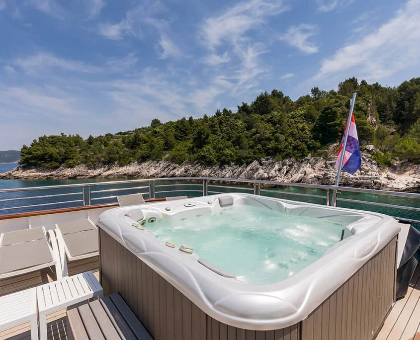 FREEDOM Jacuzzi on upper deck