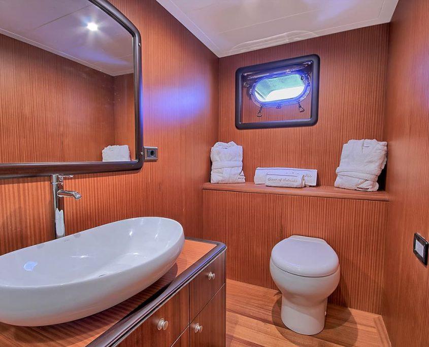 QUEEN OF SALMAKIS Bathroom