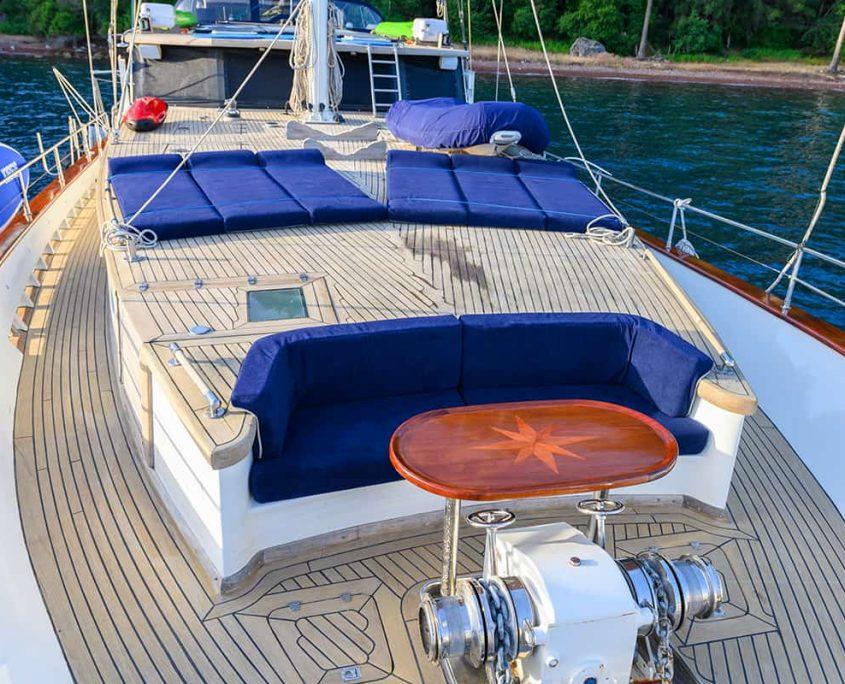 VIVA SHIRA Front deck